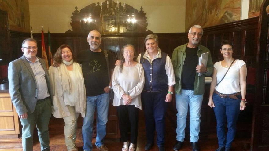Noelia García y Charo González junto a los escritores y representantes de ACAP.
