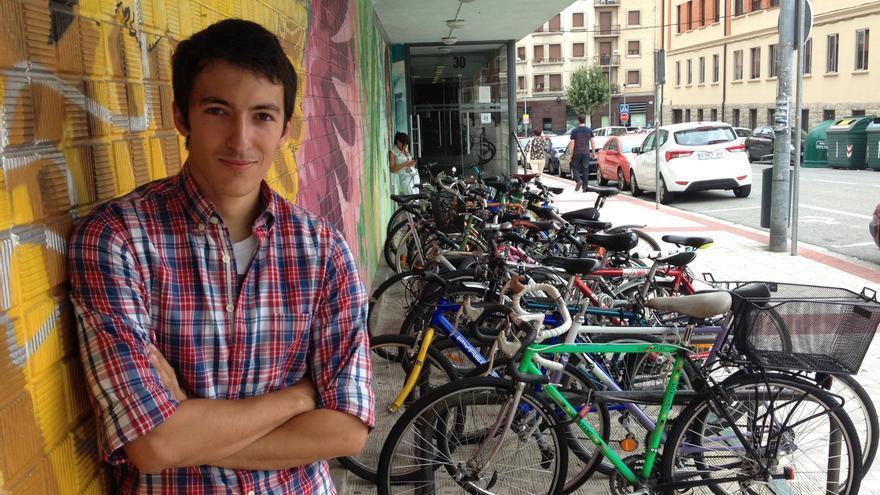 Alonso, junto al acceso a la sede en la que se ubica el Consejo Navarro de la Juventud.