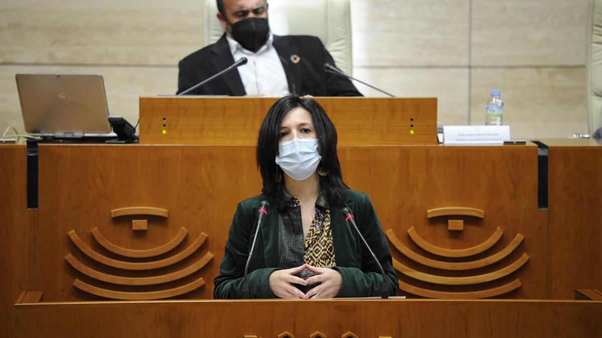 La consejera de Educación y Empleo, Esther Gutiérrez, en la Asamblea de Extremadura este jueves
