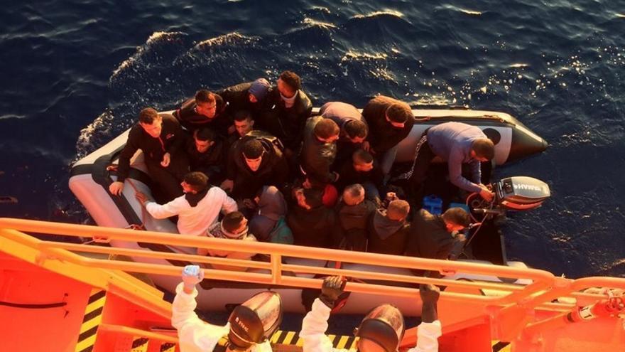 Rescate de 20 hombres cerca de Adra, Almería, por Salvamento Marítimo./ Salvamento Marítimo.