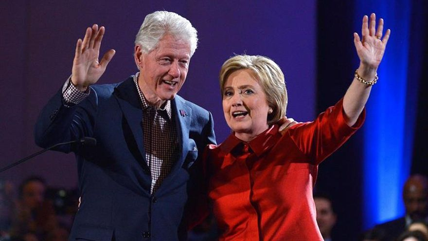 Hillary Clinton y su esposo en un acto de campaña.