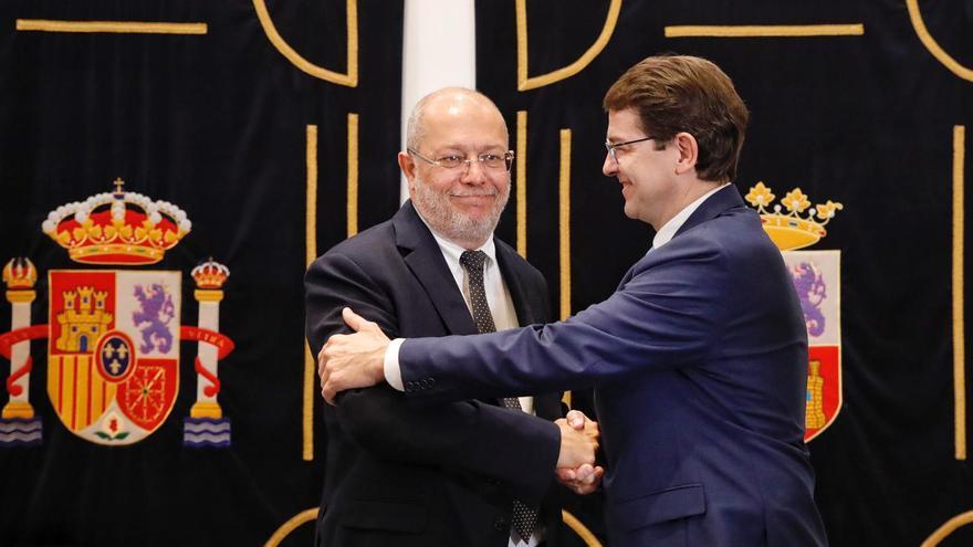 Igea y Fernández Mañueco tras firmar 100 medidas de gobierno para Castilla y León