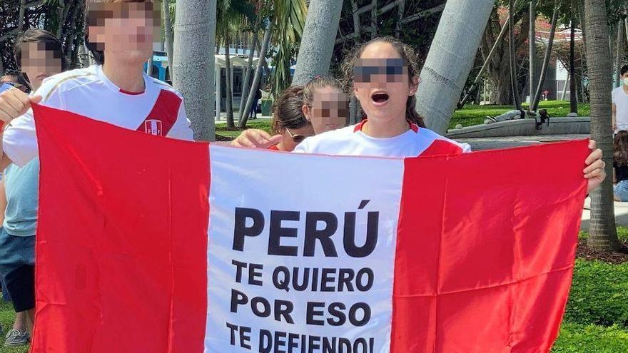Ciudadanos peruanos participan en un plantón de protesta contra el presunto fraude electoral que denuncia la candidata presidencial peruana Keiko Fujimori
