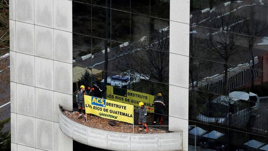 Greenpeace corta el suministro de agua en la sede de ACS por obras en Guatemala