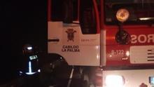 Un momento de la extinción del incendio en un corral en el municipio de Los Llanos de Aridane.