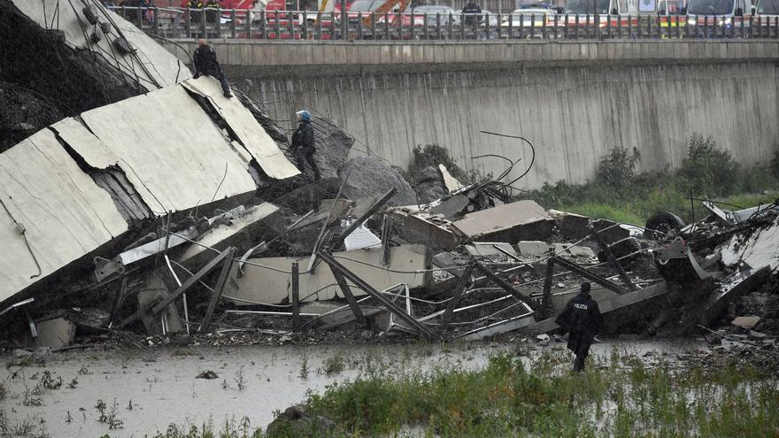 Vista de la sección del viaducto que se desplomó en Génova este martes