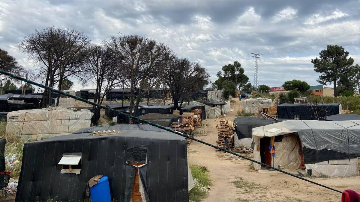 Asentamiento de chabolas donde viven personas migrantes que trabajan en el campo. Palos de la Frontera, Huelva