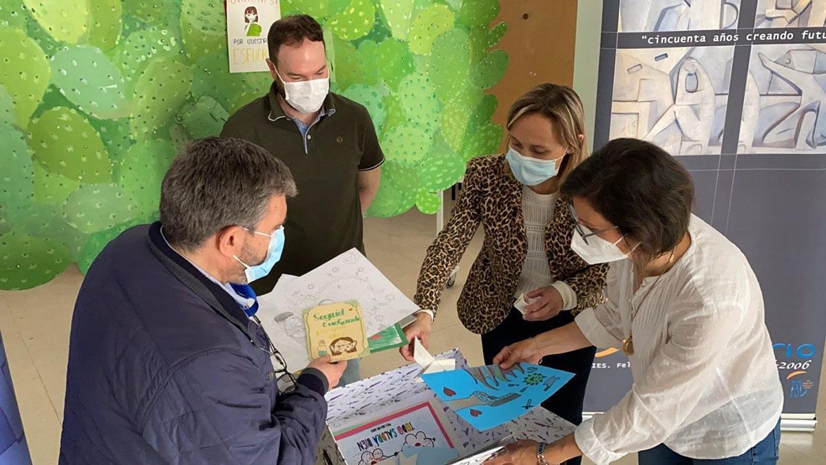 Entrega de los trabajos realizados por alumnos del IES Felipe Solís Villechenous al Hospital Infanta Margarita.