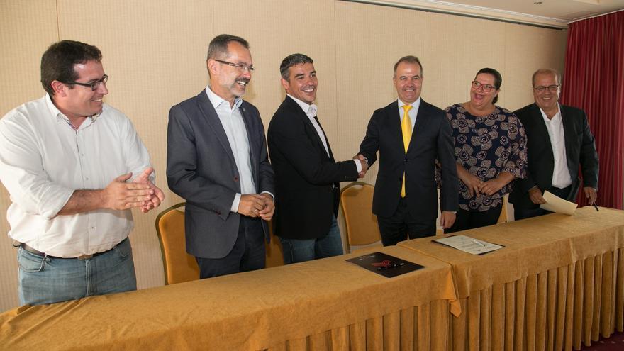 Momento de la rúbrica del acuerdo, este lunes en Fuerteventura