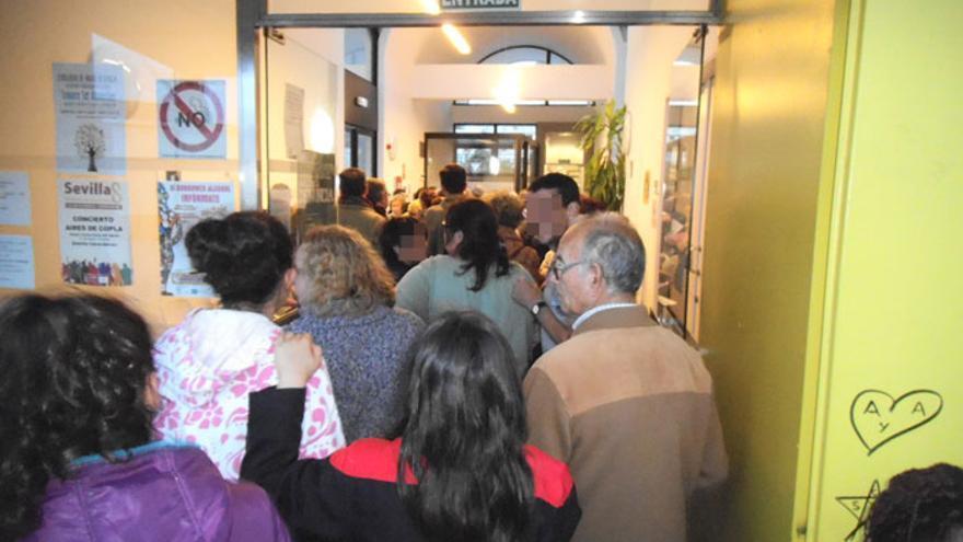 Imagen de una cola en los servicios sociales en Sevilla