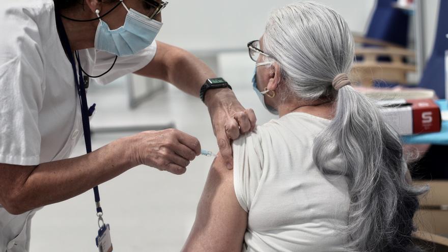 Una mujer es vacunada con la vacuna de AstraZeneca contra el Covid-19 en el Hospital de Emergencias Enfermera Isabel Zendal