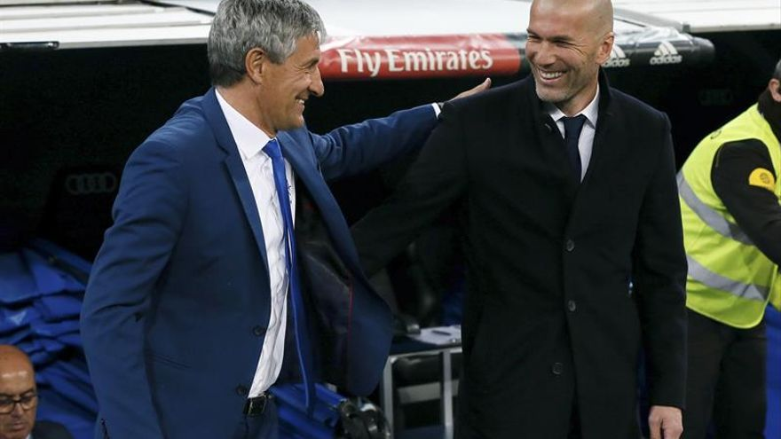 Quique Setién y Zinedine Zidane se saludan al inicio del partido. EFE/JuanJo Martin
