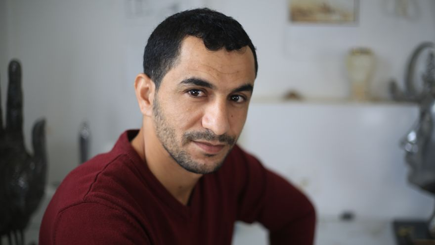 Mohammed Abu Hashish posando en su taller artístico