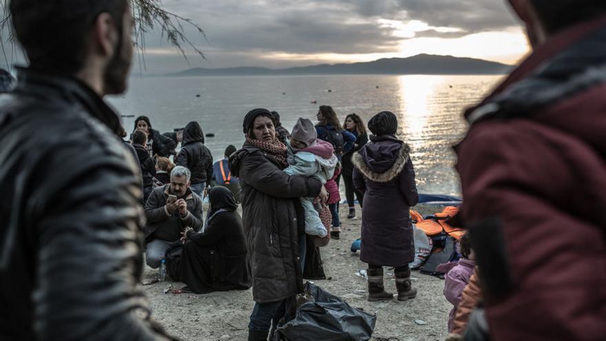 Una refugiada es recibida por los voluntarios en la isla de Lesbos. Imagen de Pablo Tosco/Oxfam Intermón.