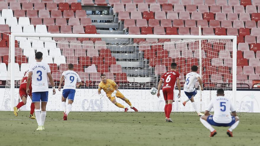 El Tenerife recupera en Almería su opción de 'play-off'