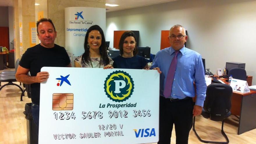 En la imagen, responsables de CaixaBank y  de la Cooperativa La Prosperidad en la presentación de la 'Agrotarjeta'