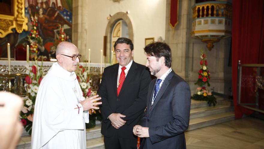 El prior de la basílica, Daniel López, el alcalde de Candelaria, José Gumersindo García, y el presidente del Cabildo, Carlos Alonso.