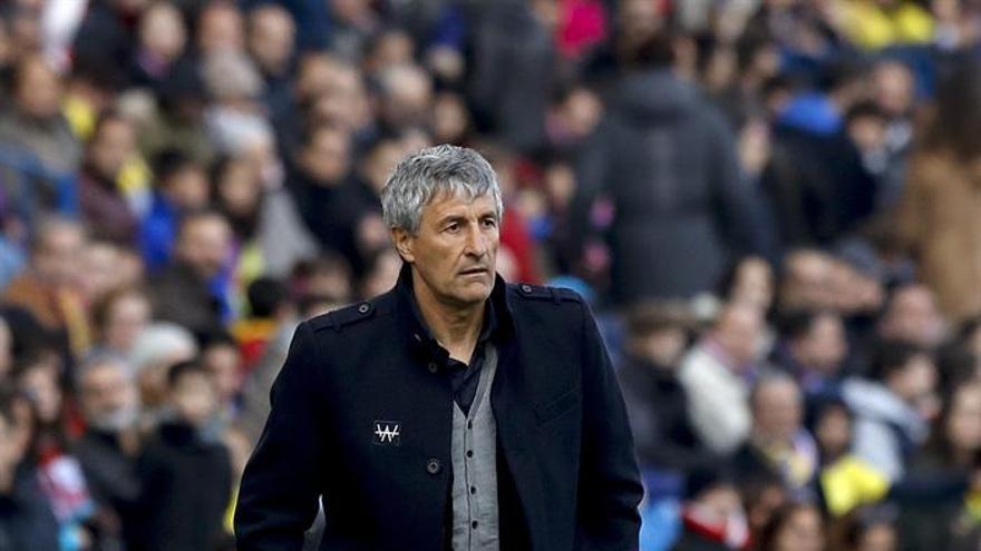 El entrenador de Las Palmas, Quique Setién, durante el partido frente al Atlético de Madrid de la decimosexta jornada de la Liga de Primera División en el Vicente Calderón, en Madrid. EFE/Ballesteros