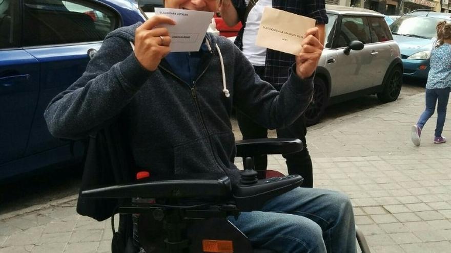 El candidato de Ahora Madrid Pablo Soto acude en silla de ruedas a un colegio electoral no accesible