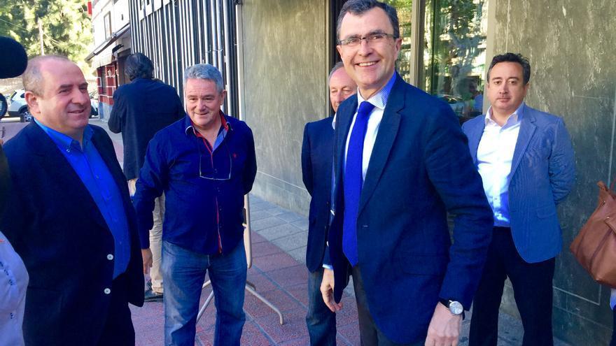 Ballesta se reunió con representantes del mediano y pequeño comercio de la ciudad de Murcia