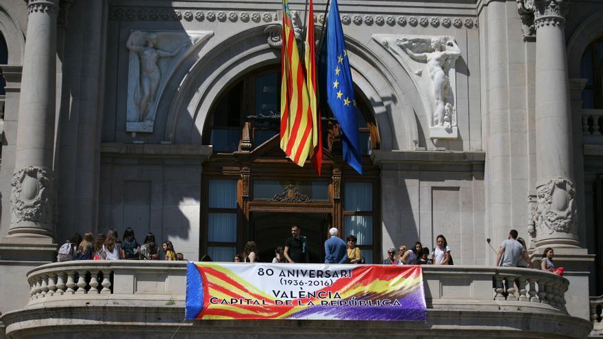 Pancarta en el balcón del Ayuntamiento por los 80 años de la capitalidad de la República en Valencia.