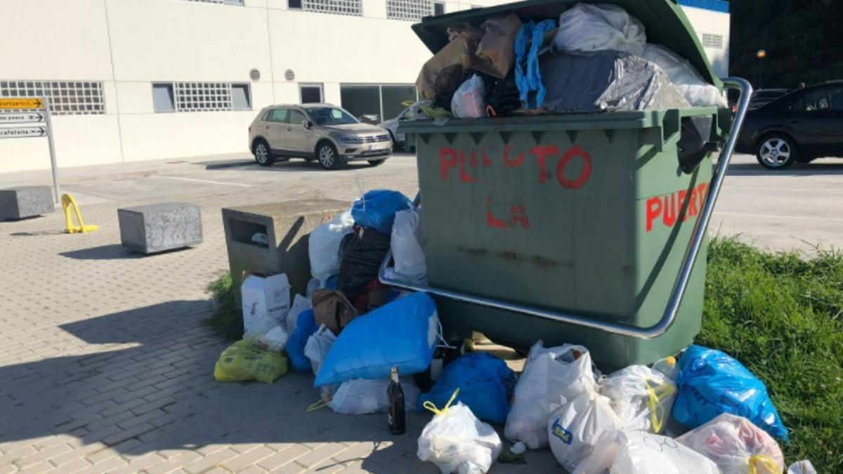 Contenedor de basura en la zona portuaria.