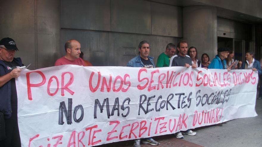 """Colectivos sociales de Bizkaia denuncian """"políticas antisociales"""" de Gobierno vasco y Lanbide."""