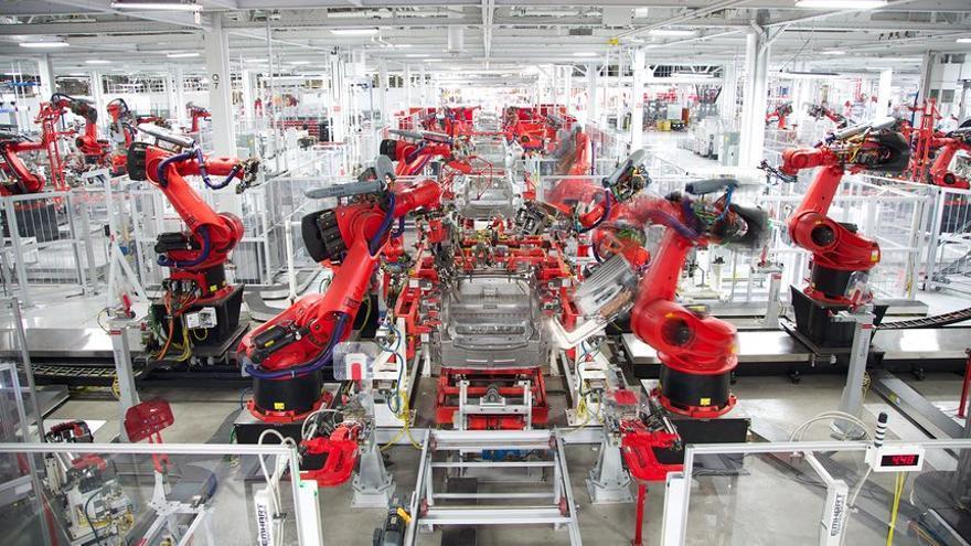 Interior de la fábrica de Tesla en California // Tesla