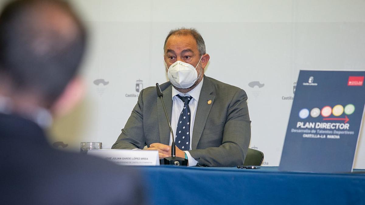 El rector de la UCLM, Julián Garce
