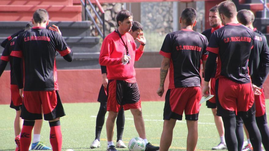 Mingo Oramas, este jueves, en el Estadio Silvestre Carrillo, en la primera sesión de trabaja como entrenador del Mensajero. Foto: JOSET AYUT.