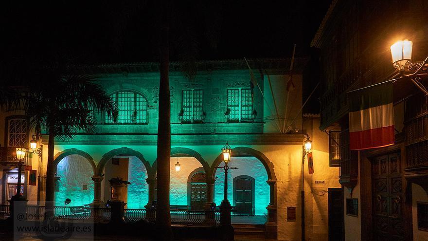 El Ayuntamiento de Santa Cruz De La Palma iluminado de verde esmeralda con motivo el Día de San Patricio. Foto: JOSE F. AROZENA.