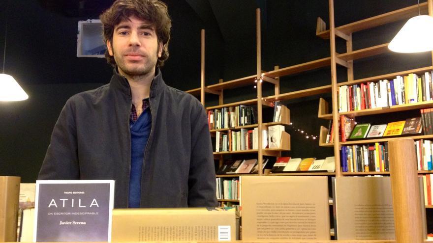 El escritor y periodista Javier Serena, en la librería Walden de Pamplona.