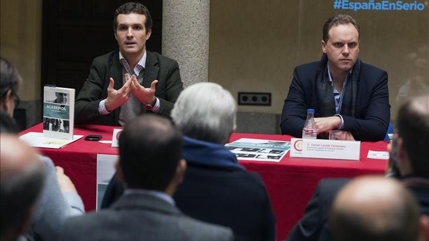 """Casado cree que Rajoy ha acertado en hacer una campaña """"cercana a la gente"""""""