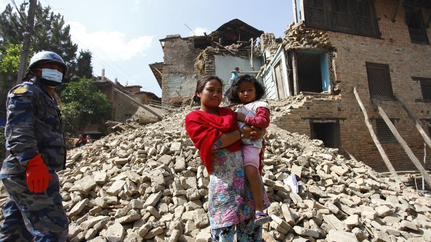 Neisha Shakya, 4 años, y su madre Indu Maharjan, de 28, visitan las ruinas de su casa en  Bungamati, en Katmandú./ Unicef: Kiran Panday.