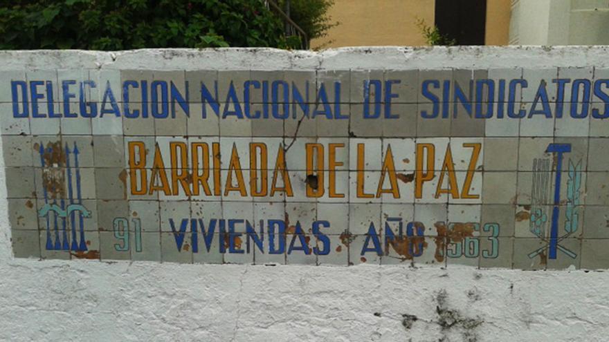 Azulejo alusivo que perdura en las calles de Coria del Río (Sevilla).