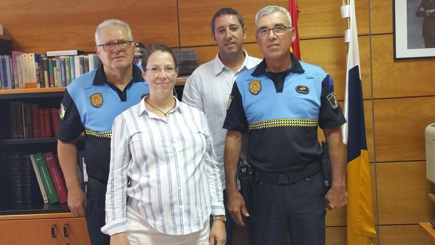 Teresa Rivas junto a jefes de la Policía Local de la Isla. Foto: LUZ RODRÍGUEZ.