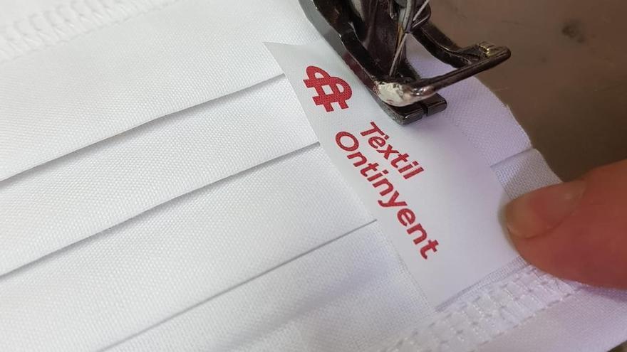 Mascarilla con el distintivo 'Tèxtil Ontinyent'