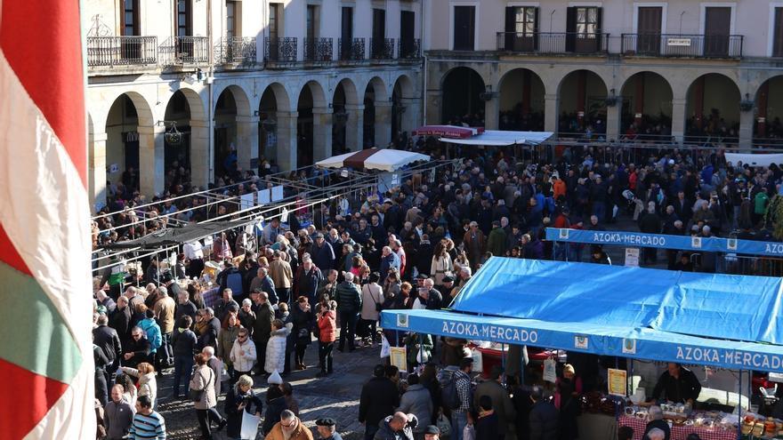 Miles de personas visitan la Feria de Santa Lutzi de las localidades guipuzcoanas de Urretxu y Zumarraga