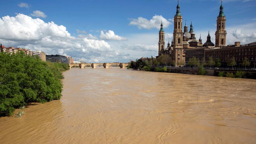 El Ebro, a su paso por Zaragoza, en la avenida extraordinaria de abril de 2018