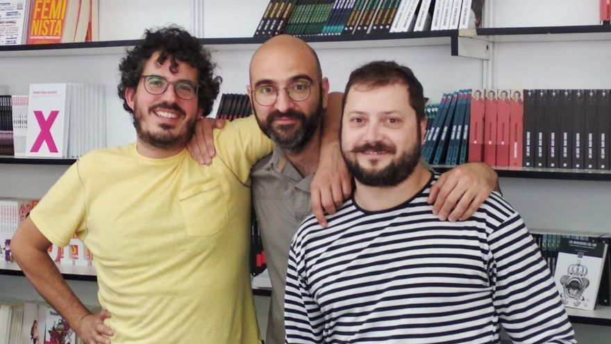 Emilio Sánchez Mediavilla junto a sus compañeros y cofundadores de Libros del K.O.  Álvaro Llorca y Alberto Sáez
