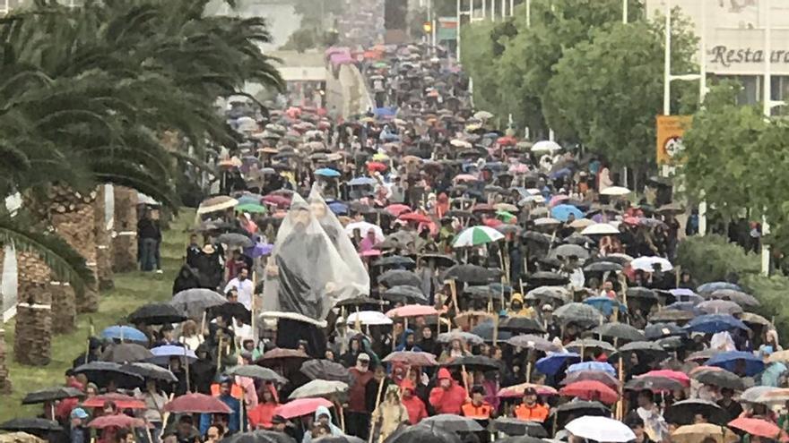 La lluvia no ha impedido una masiva participación en la romería de la Santa Faz de Alicante