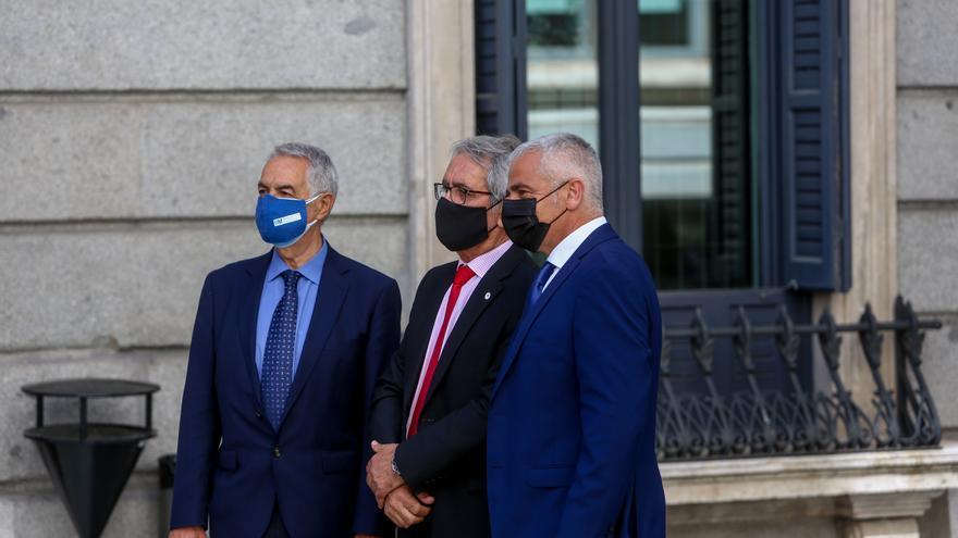 Tres representantes de varias asociaciones de las víctimas del terrorismo, a su llegada al acto en recuerdo y homenaje a las víctimas del terrorismo, en el Salón de Sesiones del Congreso de los Diputados, a 27 de junio de 2021, en Madrid (España).