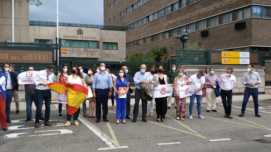 El vicepresidente de la Junta, Francisco Igea, entre los participantes en la concentración ante la Delegación del Gobierno en Castilla y León.