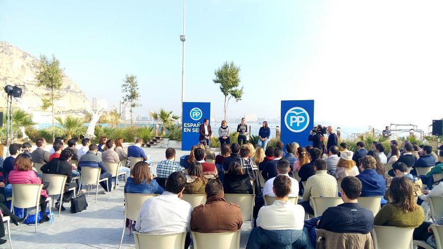 Andrea Levy se dirige a los simpatizantes del PP de Alicante ante Isabel Bonig