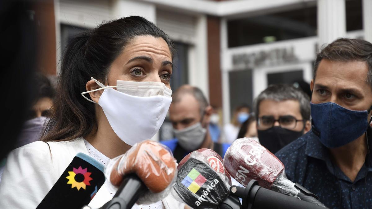 La titular del PAMI, Luana Volnovich, en la clausura preventiva del Hospital Español, el 16 de marzo de 2021.