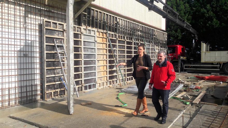 El alcalde de Bezana, Alberto García Onandía, y la concejala de Deportes, Ana Isabel Rojo, visitando las obras en el Polideportivo de Soto de la Marina