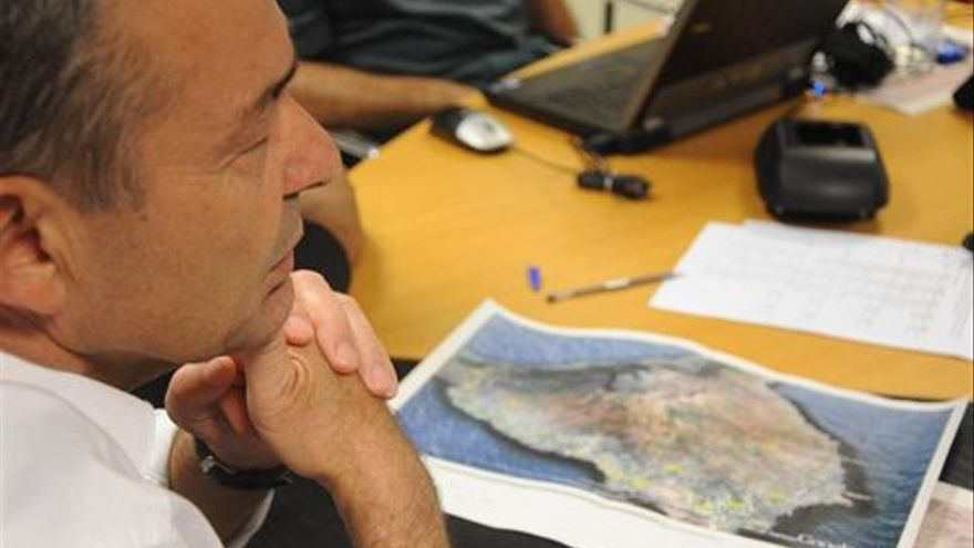 Paulino Rivero se reune para evaluar el incendio. (EUROPA PRESS)