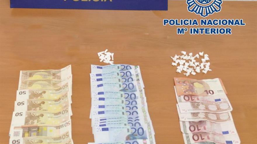 Droga y dinero incautados al detenido.