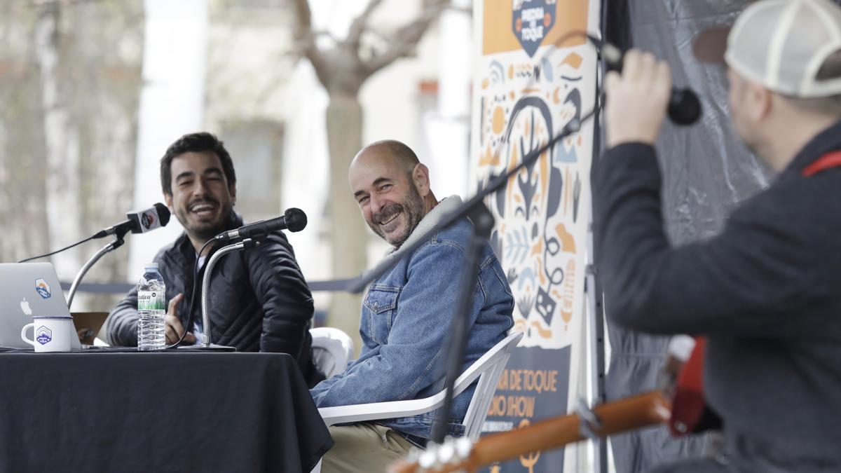El periodista Iñaki Makazga junto al navegante Unai Basurko y el músico Ricardo Lezón durante el 'radio show' celebrado en Bilbao