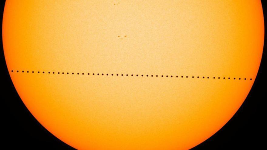 Imagen compuesta de varias fotogramas del tránsito de Mercurio ocurrido el 9 de mayo de 2016 y captado por el Observatorio de Dinámica Solar (SDO) de la NASA.